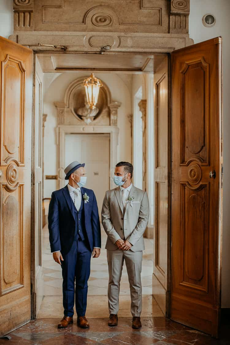 Hochzeit Salzburg Stadt, Schloss Mirabell, Paar-Shooting, Gay Couple, Same Sex, LGBTQ, Gesichtsmaske, Corona, COVID-19